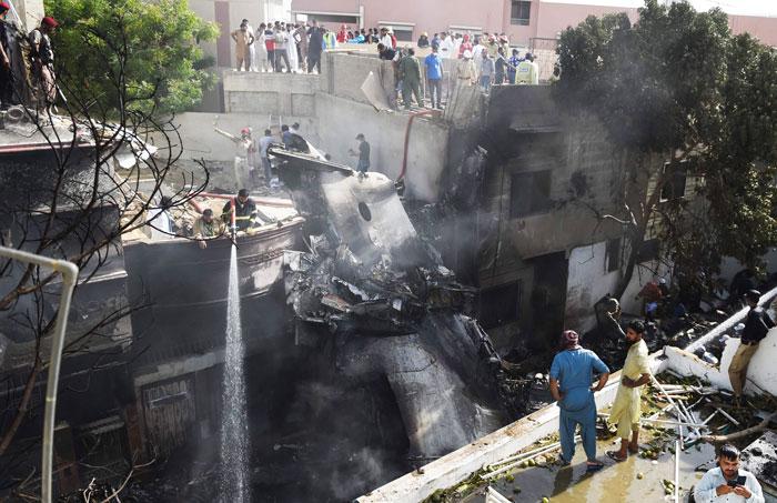 약 100명 탄 파키스탄 여객기 주택가 추락… 대부분 사망한 듯
