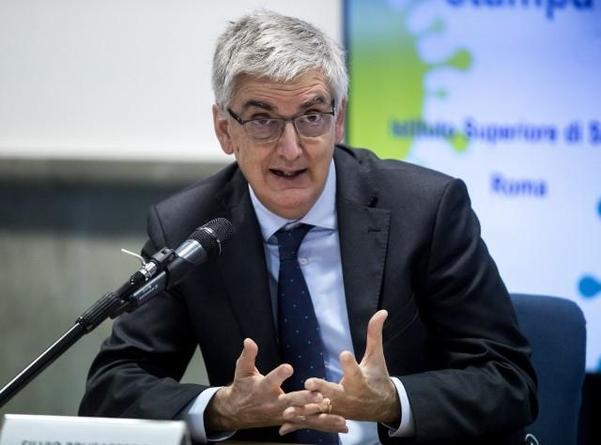 실비오 브루사페로 이탈리아 국립 고등보건연구소장이 지난달 17일(현지 시각) 로마에서 열린 기자회견에서 발언하고 있다. /AP연합뉴스