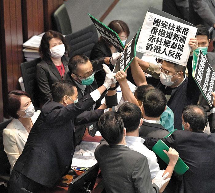 홍콩 反中派 의원들 보안법에 극렬 저항
