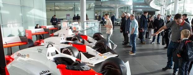 포퓰러1 레이싱팀이자 슈퍼카 회사인 맥라렌의 영국 서레이주 워킹 소재 본사에서 방문자들이 맥라렌의 과거 포퓰러1 참가 차량을 관람하고 있다. /맥라렌