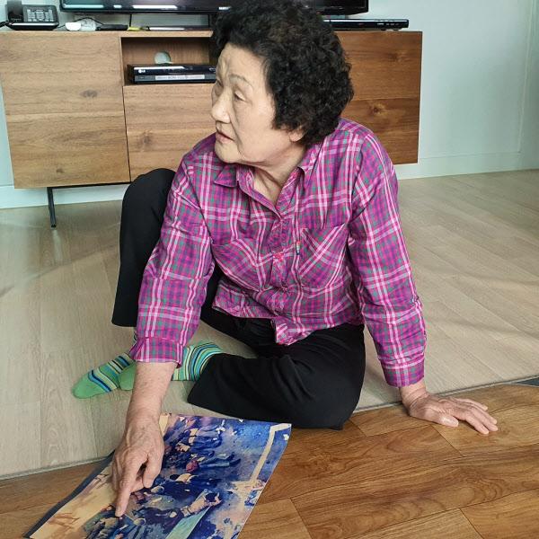 김길자 어머니가 아들의 주검 사진을 만지고 있다./조홍복 기자