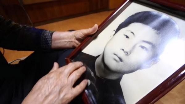 김길자 어머니가 아들의 사진을 어루만지고 있다./KBS