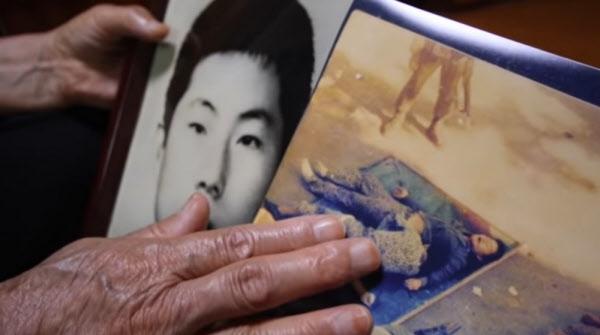 김길자 어머니가 아들의 주검 사진을 만지고 있다./KBS