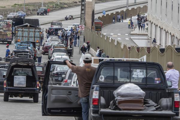 에콰도르 공동묘지에 밀려든 코로나19 사망자 운구 행렬./과야킬 AP연합뉴스