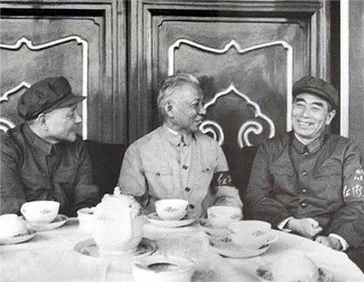 """왼쪽부터 덩샤오핑, 류샤오치, 저우언라이. 대약진 이후 신경제정책을 주도적으로 추진했던 인물들. 팔에 """"홍위병"""" 밴드를 차고 있음을 보면, 문화혁명이 막 시작된 1966년 여름으로 추정된다. /PUBLIC DOMAIN"""