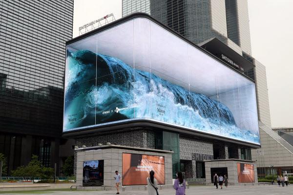 22일 서울 삼성동 코엑스광장 앞 전광판에서 거대한 파도가 몰아치고 있다. 'Wave'라 이름붙은 이 영상 작품은 특히 해외의 비상한 관심을 끌고 있다. /이진한 기자