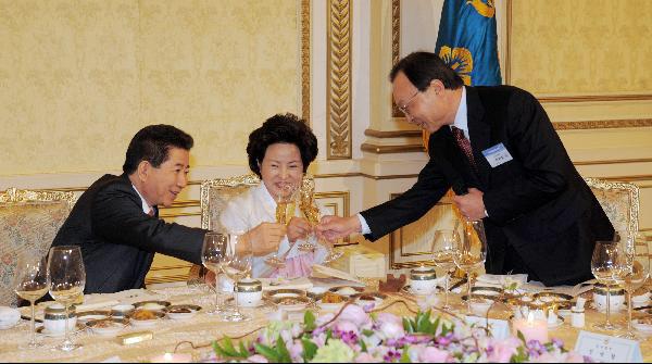2008년 노무현 대통령이 청와대 영빈관에서 열린 참여정부 고별만찬에서 이해찬 전 총리와 건배하는 사진./조선닷컴DB