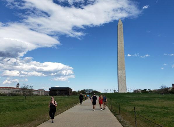 워싱턴DC '내셔널 몰' 공원에서 시민들이 산책을 하고 있다. /워싱턴=조의준 특파원