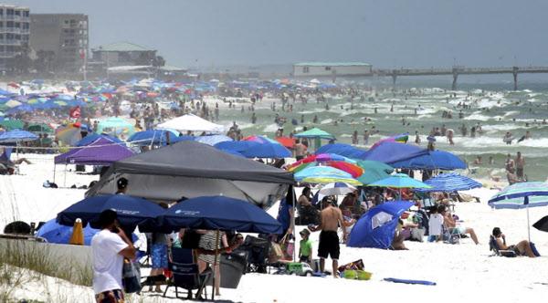 22일(현지시각) 주말을 맞아 미 플로리다 해변으로 몰려든 시민들 /AP 연합뉴스