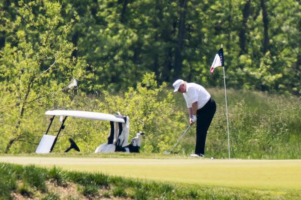 도널드 트럼프 미국 대통령이 23일(현지 시각) 미 버지니아주 스털링의 골프장 '트럼프 내셔널'에서 골프를 즐기고 있다. /EPA 연합뉴스