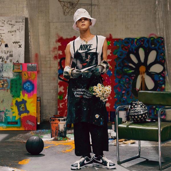 가수 GD가 나이키와 함께 만든 운동화를 신고 있다. /나이키