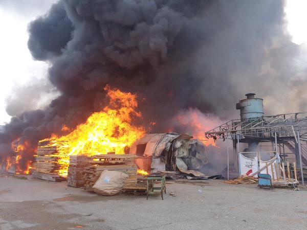 24일 오전 9시11분쯤 화재가 발생한 김해시 상동면 한 목재가공업체./ 경남소방본부