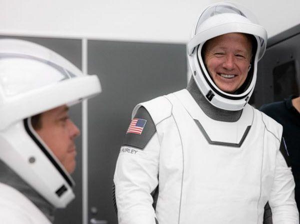 지난 23일 미국 우주인 더글러스 헐리(오른쪽)과 로버트 벤켄이 스페이스x의 새 우주복을 입고 리허설을 하고 있다./스페이스x
