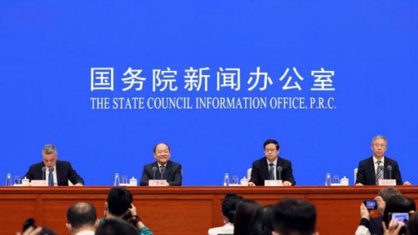24일 중국 국가발전개혁위원회 닝찌저(왼쪽에서 두번째) 부주임이 올해 중국 경제 등에 대해 기자회견을 하고 있다./방송 장면 캡처