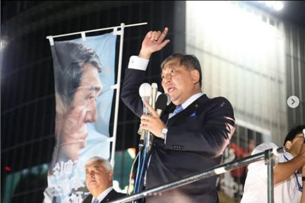 이시바 시게루 전 자민당 간사장이 2018년 총재 선거 당시 유세를 하고 있는 모습. 당시 이시바 전 간사장은 아베 신조 총리와 대결에서 패했다./이시바 시게루 인스타그램