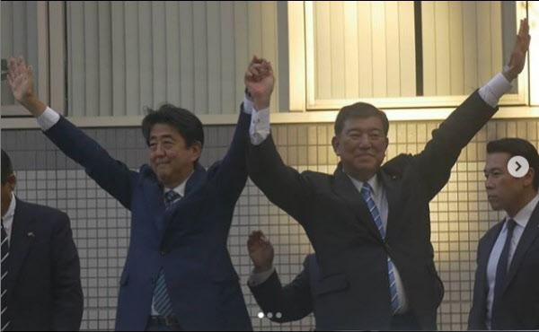 이시바 시게루(오른쪽) 전 자민당 간사장이 2018년 총재 선거 당시 아베 신조 총리와 합동 유세를 하고 있는 모습./이시바 시게루 인스타그램