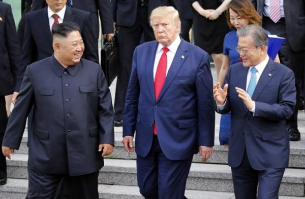2019년 6월 30일 판문점 남측 자유의 집에서 문재인 대통령이 도널드 트럼프 미 대통령, 김정은 북한 국무위원장과 걸어나오는 모습. /연합뉴스