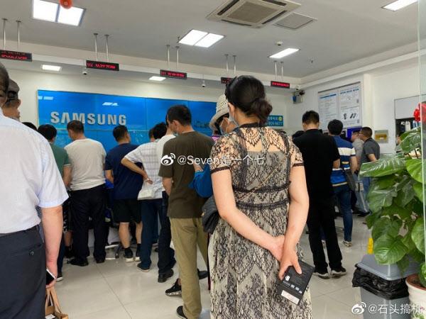 중국 삼성전자 AS센터에 이용자들이 줄을 서고 있는 모습./웨이보 캡처