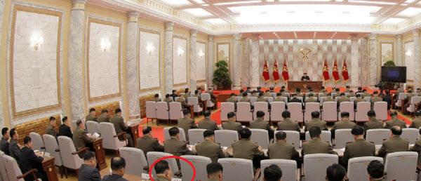 김정호(붉은원)인민보안상이 당중앙군사위 7기4차확대회의에서 뒷줄인 6열에 앉아 있는 모습/노동신문/뉴스1