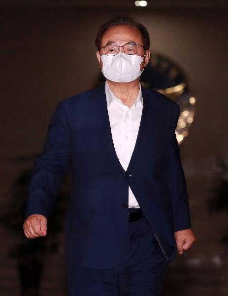 지난달 23일 부하 직원 성추행 혐의로 사퇴한 오거돈 전 부산시장이 사퇴 29일 만인 22일 부산경찰 청에 소환돼 피의자 조사를 마친 뒤 오후 10시쯤 청사를 나서고 있다./연합뉴스