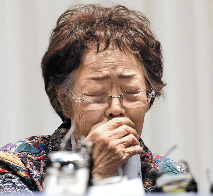 25일 오후 대구 수성구 만촌동 인터불고 호텔에서 열린 기자회견에서 일본군위안부 피해자인 이용수 할머니가 '30년간 이용만 당했다'며 눈물을 흘리고 있다.
