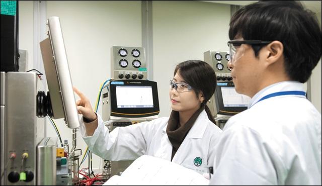유한양행 연구원들이 신약 개발을 위해 토의하고 있다. 유한양행 제공