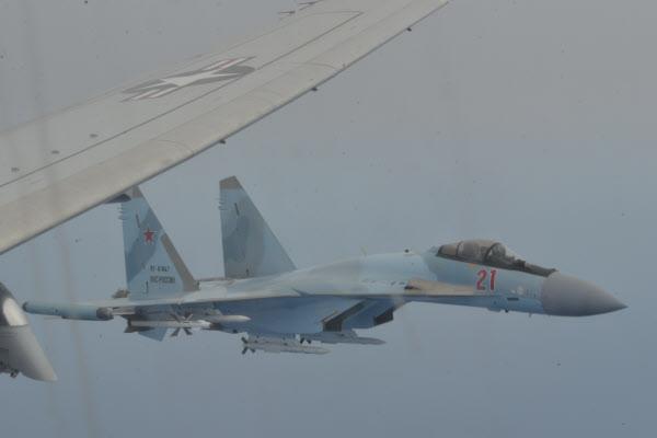지난 26일(현지 시각) 러시아 전투기 Su-35 두 대가 미국 초계기 P-8A의 날개 쪽에 근접 비행한 순간./미 해군
