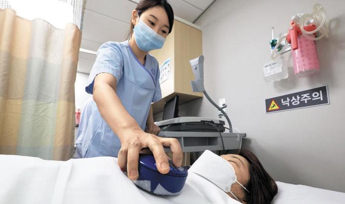 25일 오후 서울 신촌세브란스병원 박동기클리닉에서 환자 김모(45)씨가 심장 박동기 검진을 받고 있다.