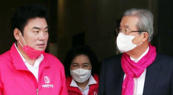 지난달 총선 당시 미래한국당 원유철(왼쪽) 대표와 미래통합당 김종인 총괄선대위원장이 대화하는 모습./뉴시스
