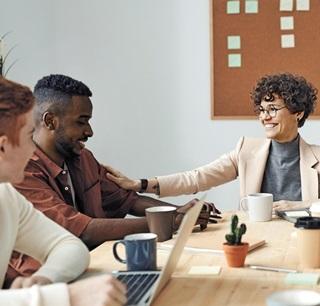 미국 한 회사에서 직원들이 회의하는 모습.