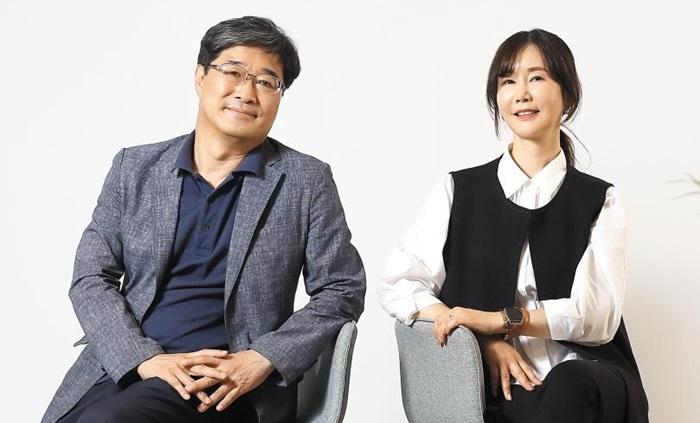 '진환 평전'을 펴내는 데 참여한 다섯 작가 중 황정수(왼쪽)와 윤주. 진환기념사업회