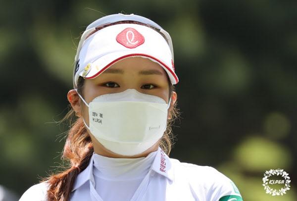 코로나 극복 응원 문구가 새겨진 마스크를 쓰고 경기에 나선 이소영./KLPGA