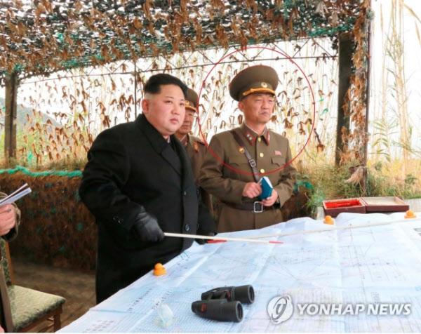 북한 김정은이 2016년 11월 서해 백령도에서 가까운 마합도의 포병 부대를 시찰할 당시 리성국(붉은 원 안)의 모습. /조선중앙TV 캡처·연합뉴스