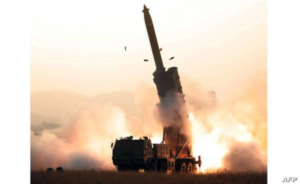 세계 최대인 북한의 600mm급 초대형 방사포 발사장면. 최대 사거리 380km로 평택.오산기지는 물론 경북 성주 사드기지도 정밀타격할 수 있다./조선중앙TV