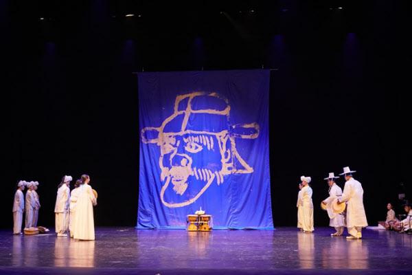 처용을 무대에 불러 올리는 장면. 바다를 상징하는 파란 천을 펼치자 처용의 형상이 나타났다. /한국문화재재단