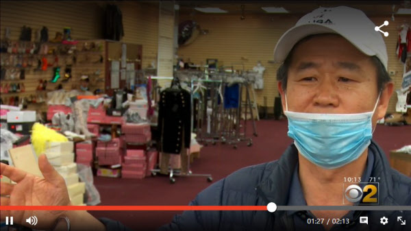 가게가 시위대에 털린 김학씨가 1일(현지 시각) 자신의 매장에서 인터뷰를 하고 있다./CBS시카고