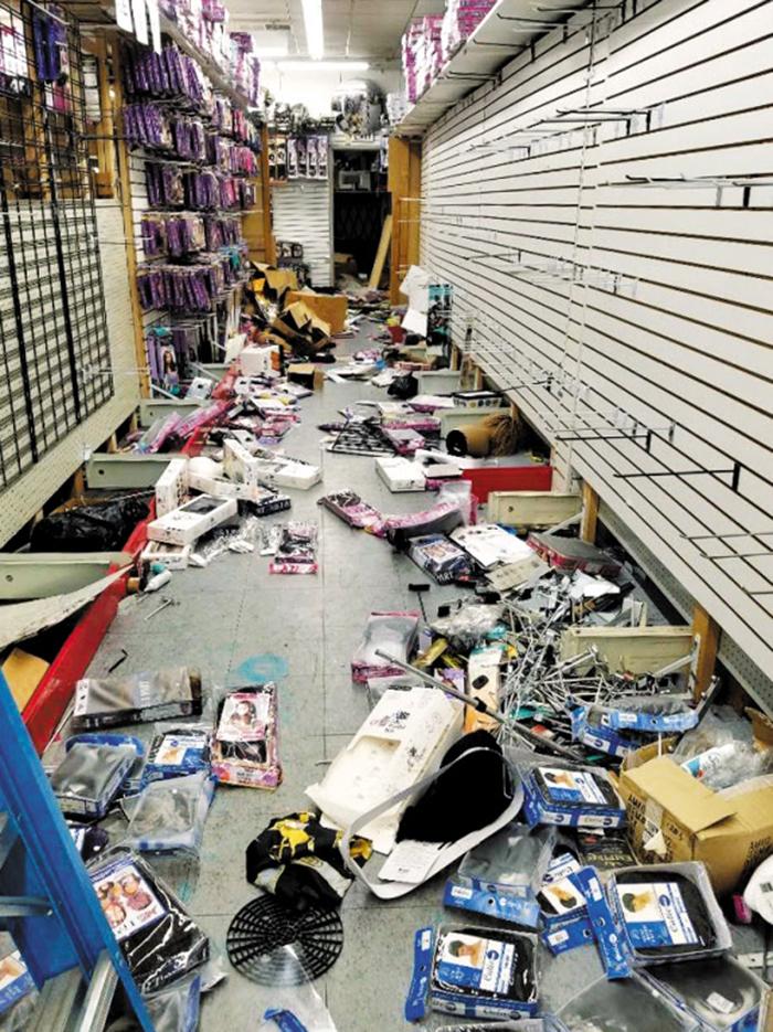 돈 되는 건 다 쓸어갔다 - 2일(현지 시각) 미국 펜실베이니아주(州) 필라델피아에서 한인이 운영하는 한 미용용품점이 시위대에게 약탈당해 상점 내 물건이 대부분 사라지고 일부는 바닥에 널브러졌다. 이 일대에서 약탈당한 한인 점포는 50여곳에 달한다.
