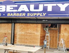 나무판자로 방어막 두른 한인상점 - 필라델피아 한 한인 상점이 시위대의 약탈을 막기 위해 나무 판자로 상점 유리창을 모두 가렸다.