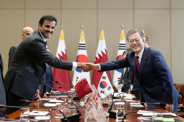 문재인 대통령이 작년 1월 청와대 본관 집현실에서 한국을 공식 방문한 타밈 빈 하마드 알사니 카타르 국왕과 한·카타르 정상회담에 앞서 악수를 나누고 있다. /청와대