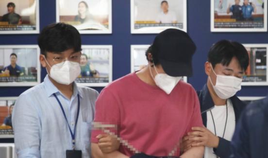 4일 오전 서울역에서 처음 보는 여성을 폭행하고 달아난 이모(32)씨가 서울 용산경찰서에서 구속영장실질심사 출석을 앞두고 추가 조사를 받기 위해 서울지방철도경찰대로 이동하고 있다. /연합뉴스