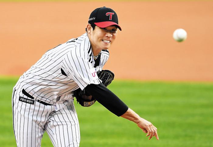 LG 선발 투수 정찬헌이 4일 서울 잠실야구장에서 열린 삼성과의 홈 경기에서 공을 던지는 모습.
