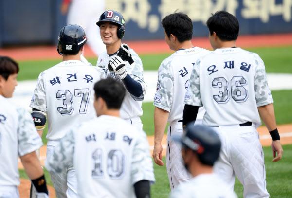 6일 KIA전에서 끝내기 안타를 치고 동료들과 좋아하는 두산 김재호. / 허상욱 스포츠조선 기자