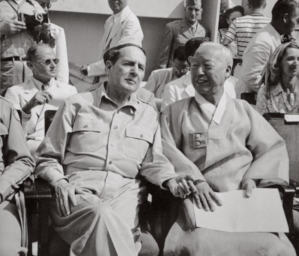 1948년 8월 15일 대한민국 정부 수립 축하식에 이승만 대통령의 초청으로 참석한 맥아더 연합군총사령관. 한국은 대일 평화조약 체결 이후에도 맥아더라인의 존속을 주장했지만 받아들여지지 않자 더 강력한 평화선을 선포했다.