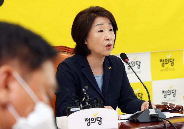 심상정 정의당 대표가 11일 서울 여의도 국회에서 열린 정의당 상무위원회에 참석해 현안관련 발언을 하고 있다./뉴시스