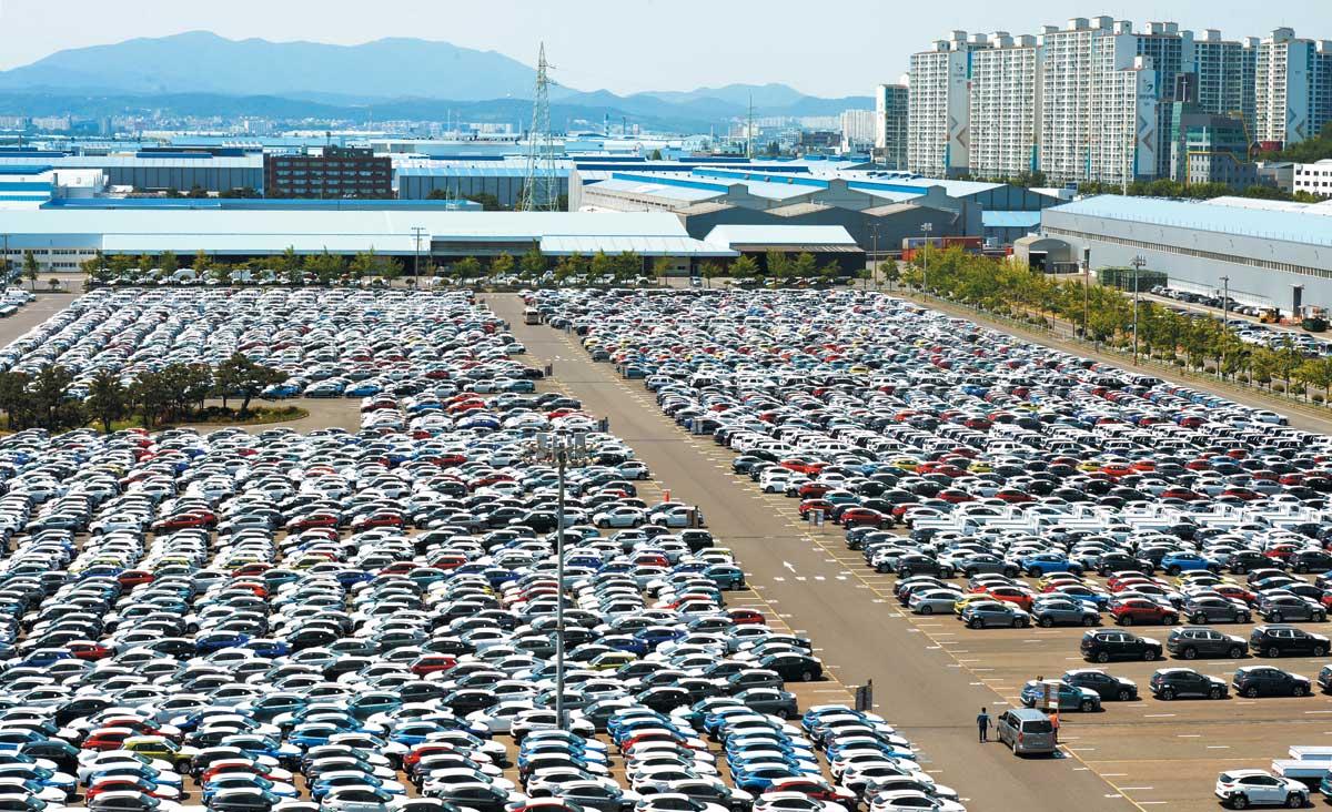 지난달 울산 북구 현대차 울산공장 야적장에서 선적을 기다리는 자동차들의 모습.
