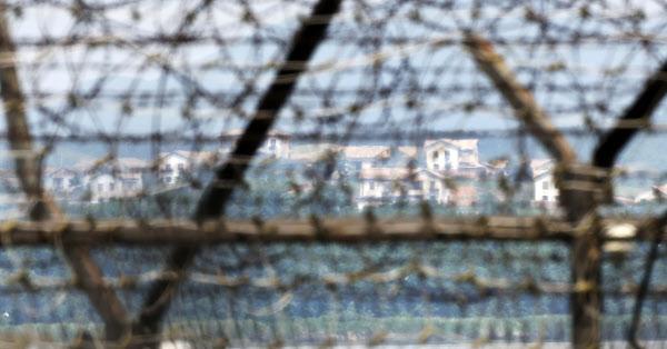 경기도 파주 임진강 철책선과 철책선 너머로 보이는 북한 황해북도 개풍군 일대. /연합뉴스