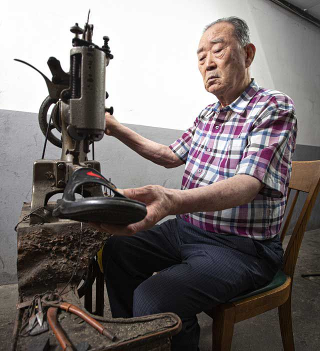 70년 넘은 구두 수선용 재봉틀을 작동하는 모습.