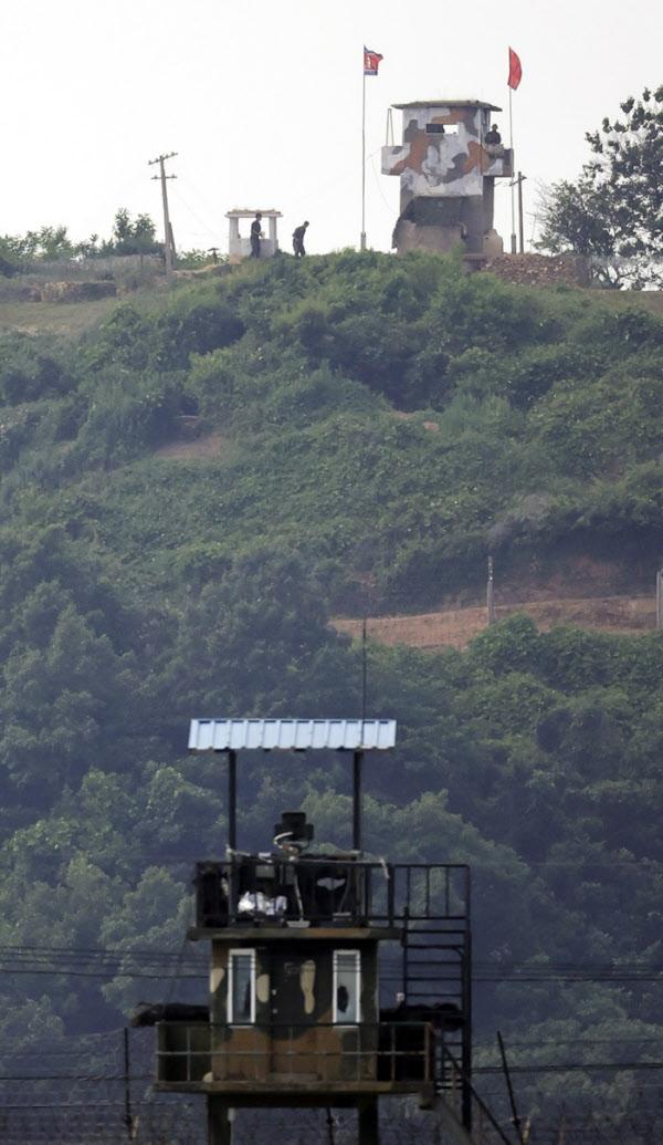 지난 9일 경기 파주 남측 초소 인접한 북측 초소에서 북한군이 남측을 바라보며 경계하고 있다./뉴시스