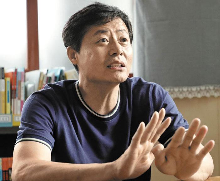 탈북 청소년 지원 단체인'큰샘'의 박정오 대표가 12일 오후 서울 강남구 사무실에서 통일부의 제재 결정을 비판했다.