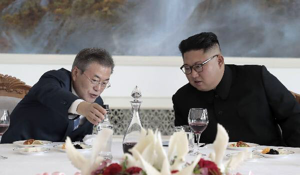 2018년 9월 평양 옥류관에서 식사하며 대화 중인 문재인 대통령과 김정은 북한 국무위원장/조선DB